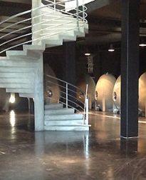 wijnkelder bij granieten wijnvaten Mourat