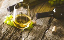 witte wijn op tafel